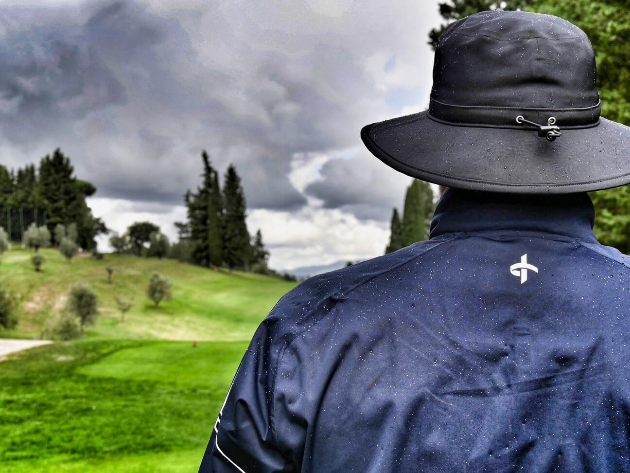 Golfspass bei niedrigen Temperaturen und Regen